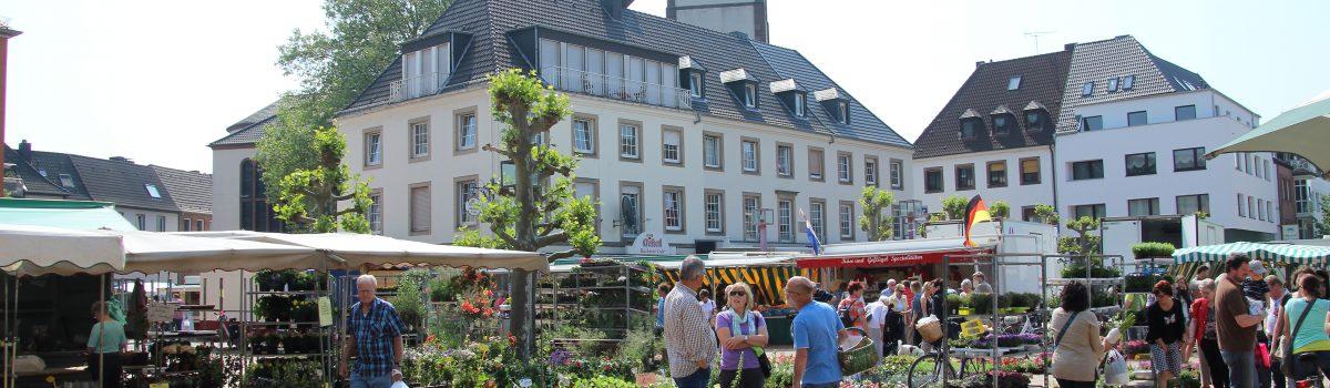 Blick auf den Wochenmarkt von Jülich